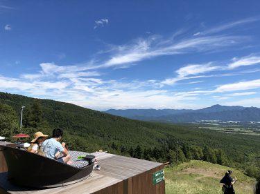 「清里テラス」の天空のソファから望む爽快な八ヶ岳ブルー